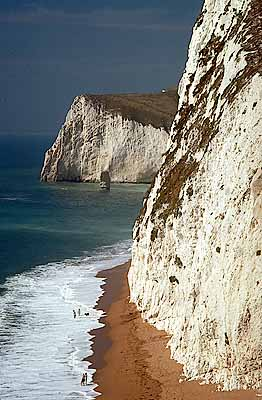 White cliffs face the English Channel in Dorset. Sand beach beneath chalk cliffs, as viewed from Durdle Door. Location: ENG, Dorset , Dorset AONB, Isle of Purbeck, Swyre Head. [ref. to #155.100]